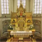 015 Kircheninnenraum - Hochaltar mit den Nachkriegskirchenfenstern