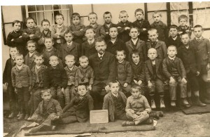 A 1905 11 30 Knaben d. Ev. Schule mit Lehrer Scheinert