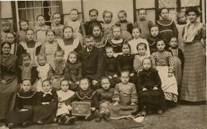 A 1905 11 30 Mädchen d.Ev. Schule mit Lehrer Scheinert